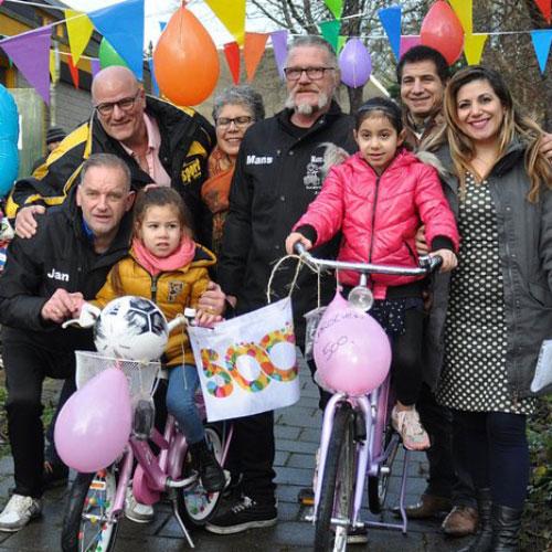 kinderfietsjesactie deelt fietsen uit