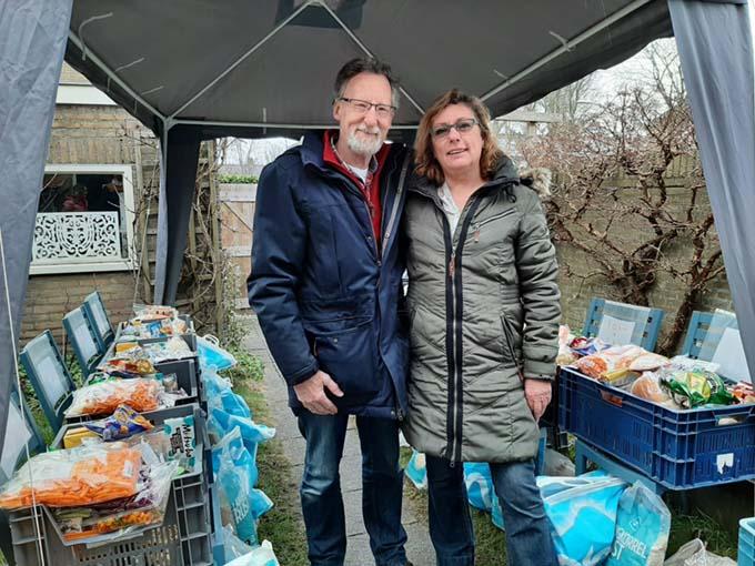 Henk en Hanja Jong bij Enjoy Food uitgiftepunt in hun achtertuin.