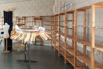 Winkelruimte met lege schappen en kledinghangers