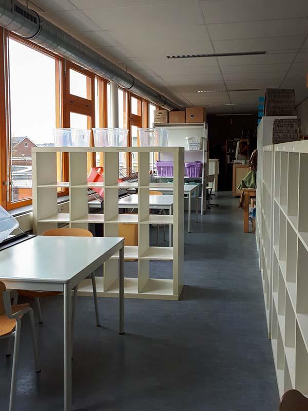 Winkelruimte praktijkschool met lege schappen