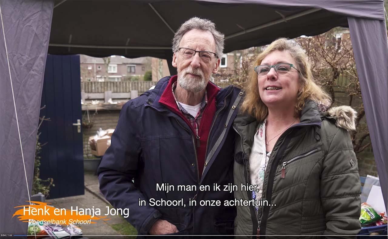 Henk en Hanja bij de voedselbank in hun achtertuin