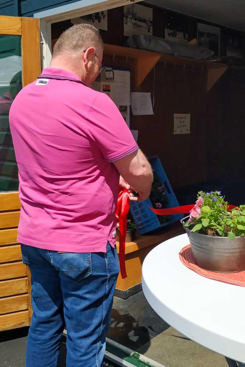 Kaasboer Niek knipt lintje door bij opening Enjoy Food Schoorl